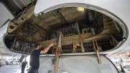 Im Hangar in Frankfurt: Die Lufthansa ist derzeit damit beschäftigt, einen Teil der in der Coronakrise kurzfristig geparkten Flugzeuge wieder flugbereit zu machen.