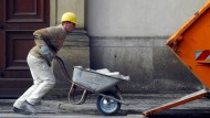 Bauarbeiter in Berlin-Mitte: Im Baugewerbe sind auch dank der jahrelangen Hochkonjunktur in den vergangenen Jahren die Löhne kräftig gestiegen.