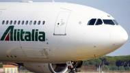 Ein Flieger von Alitalia in Rom