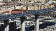 Die neu errichtete Brücke über der italienischen Stadt Genua im Juli 2020