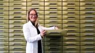 """""""Ich will Apothekerin sein, keine Esoterik-Tante"""", sagt Iris Hundertmark, 46, in ihrer Apotheke in Weilheim in Oberbayern. Seit zwei Jahren hat sie keine Globuli mehr in der Schublade."""