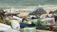 Plastikmüll am Strand von Ko Sih Chang, einer Insel im Golf von Thailand