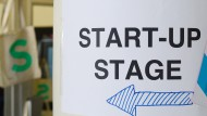 Early Stage oder Later Stage? Hinweisschild auf der Digital-Konferenz Next Berlin.