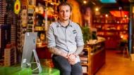 """""""Der Winter war ekelhaft"""": Rachid Ratzmann ist Empfangsleiter im 25 Hours Hotel in Frankfurt und seit Beginn der Pandemie in Kurzarbeit."""