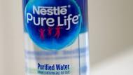 Eine Flasche Wasser von Nestlé