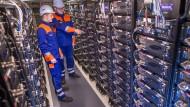 Auszubildende in einem Batteriespeicher des Energieversorgers WEMAG