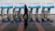 Fluggesellschaften leiden unter der Corona-Krise und müssen Personal entlassen.