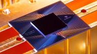 Auf Googles Quantenprozessor Sycamore sitzen 53 miteinander verdrahtete Quantenresonatoren. Jeder einzelne stellt ein Quantenbit dar, das zwei Zustände gleichzeitig annehmen kann.