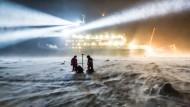 """Forscher des Bremerhavener Alfred-Wegener-Instituts untersuchen im Zuge der """"Polarstern-Expedition"""" das Meereis am Südpol."""