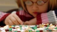 Hinter rezeptfreien Medikamenten können gefährliche Nebenwirkungen für Kinder lauern.