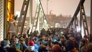 Silvester 2016 am Eisernen Steg in Frankfurt. Es herrschten verstärkte Sicherheitsmaßnahmen, nachdem es im Jahr zuvor in Köln zu Vorfällen gekommen war, die nicht wenige mit der Flüchtlingswelle 2015 in Verbindung bringen.