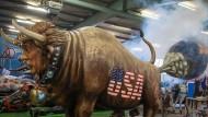 """US-Präsident Donald Trump wird bei der Präsentation der Motivwagen des Mainzer Carneval-Vereins auf dem Rosenmontagszug als Ochse mit Hörnern und einem Ring durch die Nase gezeigt, der im sprichwörtlichen Sinne """"auf die Welt furzt""""."""