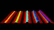 Mikroskopische Aufnahme von kristallinen Nanobändern aus schwarzem Phosphor. Die Dicke der Bänder variiert zwischen  einer (links) und fünf Atomlagen (rechts).