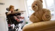 Behandlung mit Zolgensma – Hoffnung für schwerstkranke Kinder oder ein Riesengeschäft?