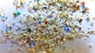 Mikroplastikkügelchen verschmutzen schon viele Strände.
