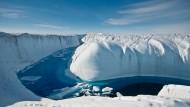 Auf den Eispanzern bilden sich immer öfter riesige Schmelzwassertümpel und -seen, die das Eis zusätzlich destabilisieren.