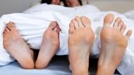 Kinderwunsch unerfüllt? Jedes sechste Paar trifft es, und Männer sind genau so oft der Grund für Unfruchtbarkeit wie Frauen.