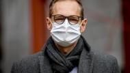 Professionell angelegt: Berlins Oberbürgermeister Müller trägt beim Besuch der Charité eine OP-Mundschutzmaske.