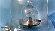 Ein kleiner Zylinder, nur knapp vier Zentimeter hoch - so sieht das Urkilogramm aus. Es steht gut behütet unter drei Glasglocken in Paris.