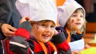 Kindergartenkinder beim Kochen in Erfurt.