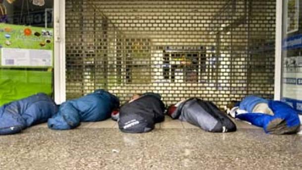 https://i2.wp.com/media0.faz.net/ppmedia/video/1614658523/1.318140/article_multimedia_overview/seit-an-seit-liegen-obdachlose-nachts-in-der-hauptwache-in-schlafsaecken.jpg