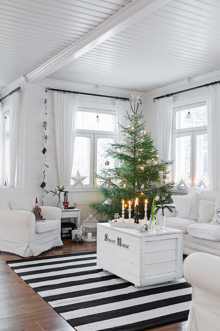 https www living4media com images 12487298 white trunk used as coffee table and christmas tree in living room