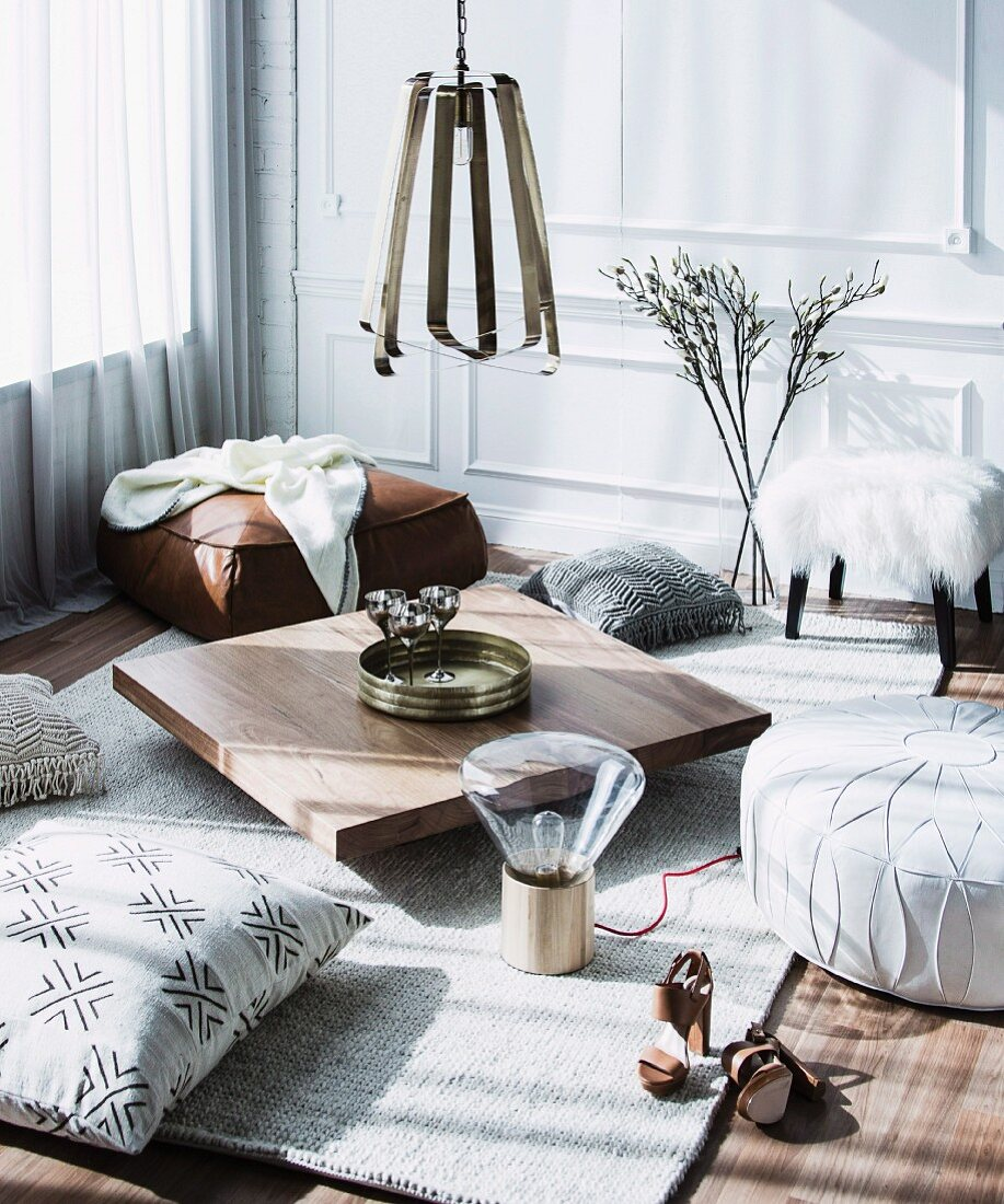 https www living4media com images 11349637 new york style sitting area with low coffee table and floor cushion
