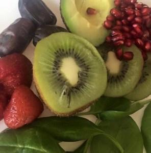 En fantastisk fika kombo. Kiwi, avocado, dadlar, spenat, bär och granatäpple.