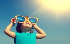 Ett barn som njuter av solen.