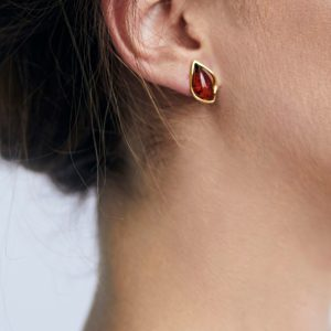 Gold-plated stud earrings with cognac amber