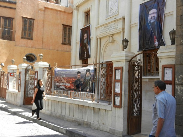 In Damaskus: Das syrisch-orthodoxe Patriarchat mit den Fotos der beiden entführten Bischöfe Mar Gregorius (rechts) und Paul Yazidschi