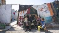 Eine Familie in einer provisorischen Zeltstadt für Flüchtlinge im Libanon