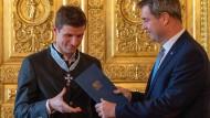Frühes Weihnachtsgeschenk: Fußballer Thomas Müller erhält vor der CSU-Weihnachtsfeier einen Orden von Ministerpräsident und Parteichef Markus Söder.