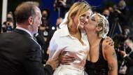 Schauspielerin Agathe Rousselle küsst Regisseurin Julia Ducournau