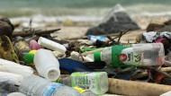 Plastikmüll wie diese Flaschen am Strand von Ko Sih Chang in Tailand könnten von Handelsschiffen achtlos ins Meer geworfen worden sein.