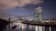Frankfurter Banken-Dämmerung: Die Europäische Zentralbank macht den Geldinstituten das Leben schwer.