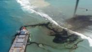Im Roman wird unter dem Deckmantel der grünen Energie eine Insel zerstört.