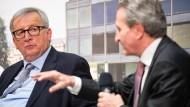 Jean-Claude Juncker (l.) in Stuttgart, im Gespräch mit Günther Oettinger, EU-Komissar für Haushalt und Personal