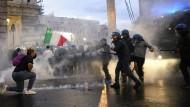 Demonstranten und Polizisten stoßen in Rom aufeinander.