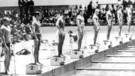 12. Oktober 1964, der Moment vor dem Start des 100-Meter-Kraul- Finals: Hans-Joachim Klein auf Bahn 7, der spätere Sieger Don Schollander (USA) auf Bahn 5, sein Landsmann Gary Ilman auf Bahn 4, ganz vorne der Darmstädter Uwe Jacobsen (Bahn 1).