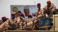 Tschadische Soldaten am Freitag in N'Djamena vor einem Wahlplakat des getöteten Präsidenten Idriss Déby