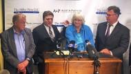 Voller Selbstbewusstsein: Anwalt Michael Miller mit Alberta Pilliod, Anwalt Brent Wisner und Alva Pilliod (v. rechts)