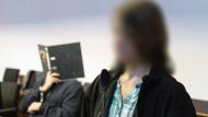 """Bei der Kontaktaufnahme im Internet nannte er sich """"Karlchen"""": Bernhard H. im Gerichtssaal im Landgericht (links); daneben Maria, heute 19 (Gesicht gepixelt)."""