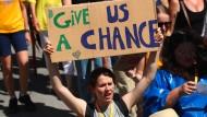 """""""Gebt uns eine Chance"""", bittet die Aktivistin bei einer Fridays for Future Demo in Lausanne."""