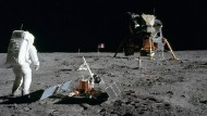 Tranquility Base: Buzz Aldrin erforscht den Landeplatz der Mondfähre.