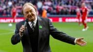 """Gerry Marsden singt """"You'll Never Walk Alone"""" bei einem Fußballspiel der Premier League 2010."""
