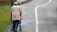 Alleinstehende ältere Menschen haben ein deutlich höheres Sturzrisiko.