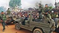 Hutus empfangen am 3. Juli 1995 französische Soldaten in einem Flüchtlingslager in Ruanda.