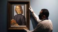"""Bereit für die Versteigerung:  Botticellis """"Porträt eines jungen Mannes mit einem Medaillon"""""""