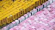Ausgemusterte Telefonzellen im alten gelben und im neuen magenta-weißen Design